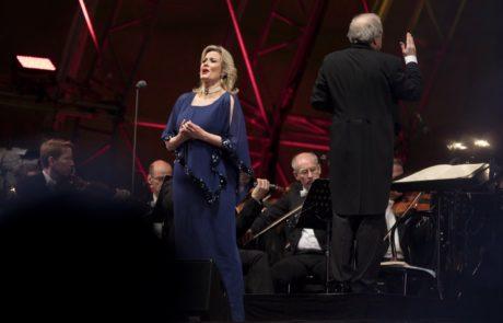 Eine Sängerin auf der Bühne