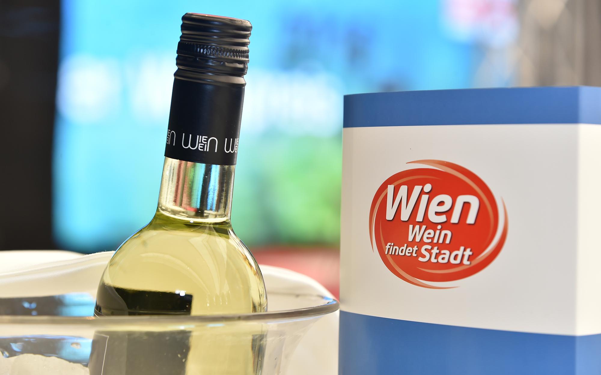 Eine noch ungeöffnete Weinflasche