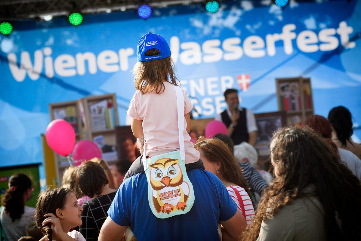 Kind beim Wiener Wasserfest