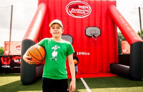 Ein Junge mit Basketball