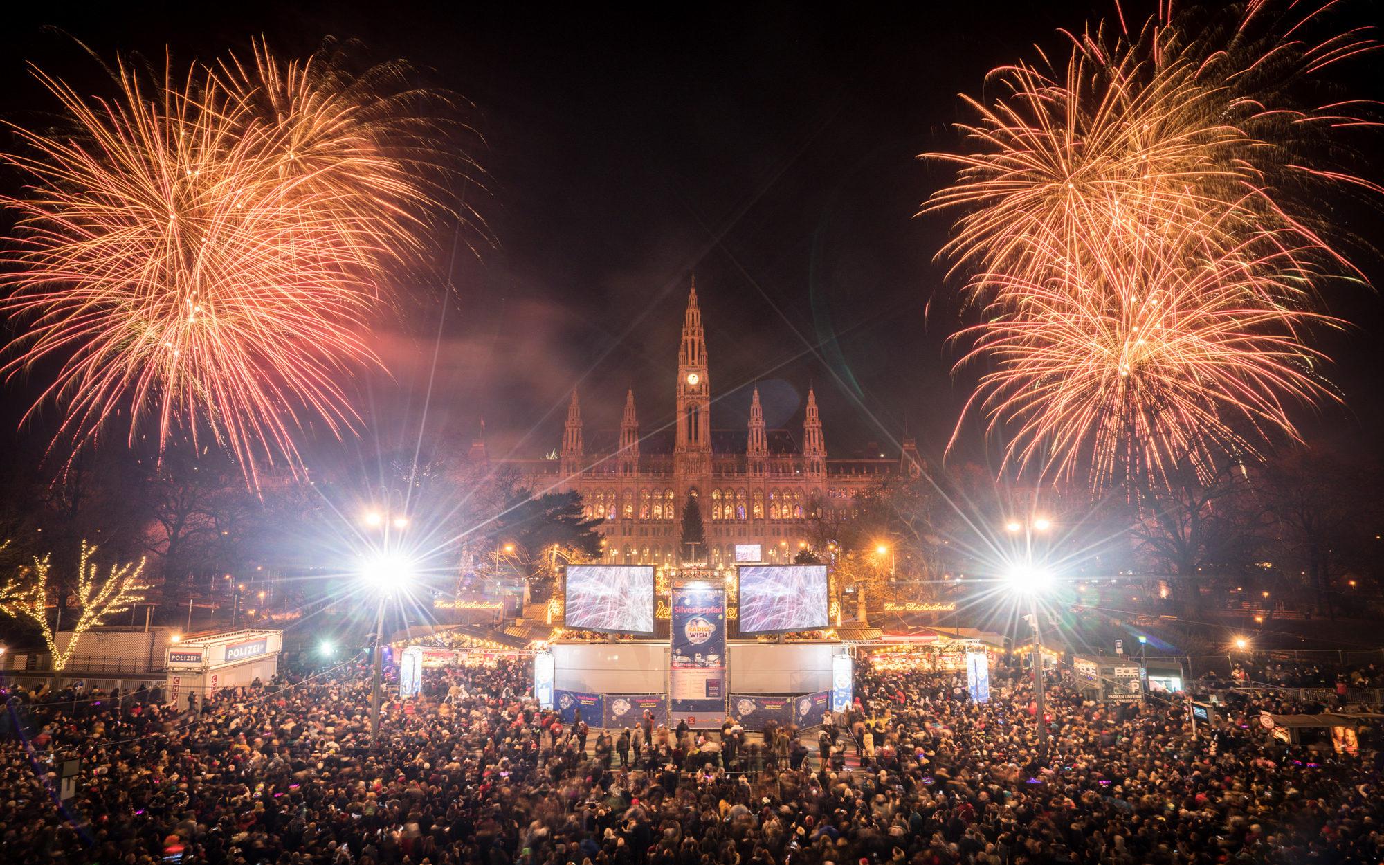 Rathausplatz mit Feuerwerk