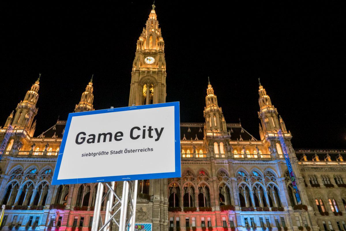 Stadtschild vor dem Rathaus zur Game City