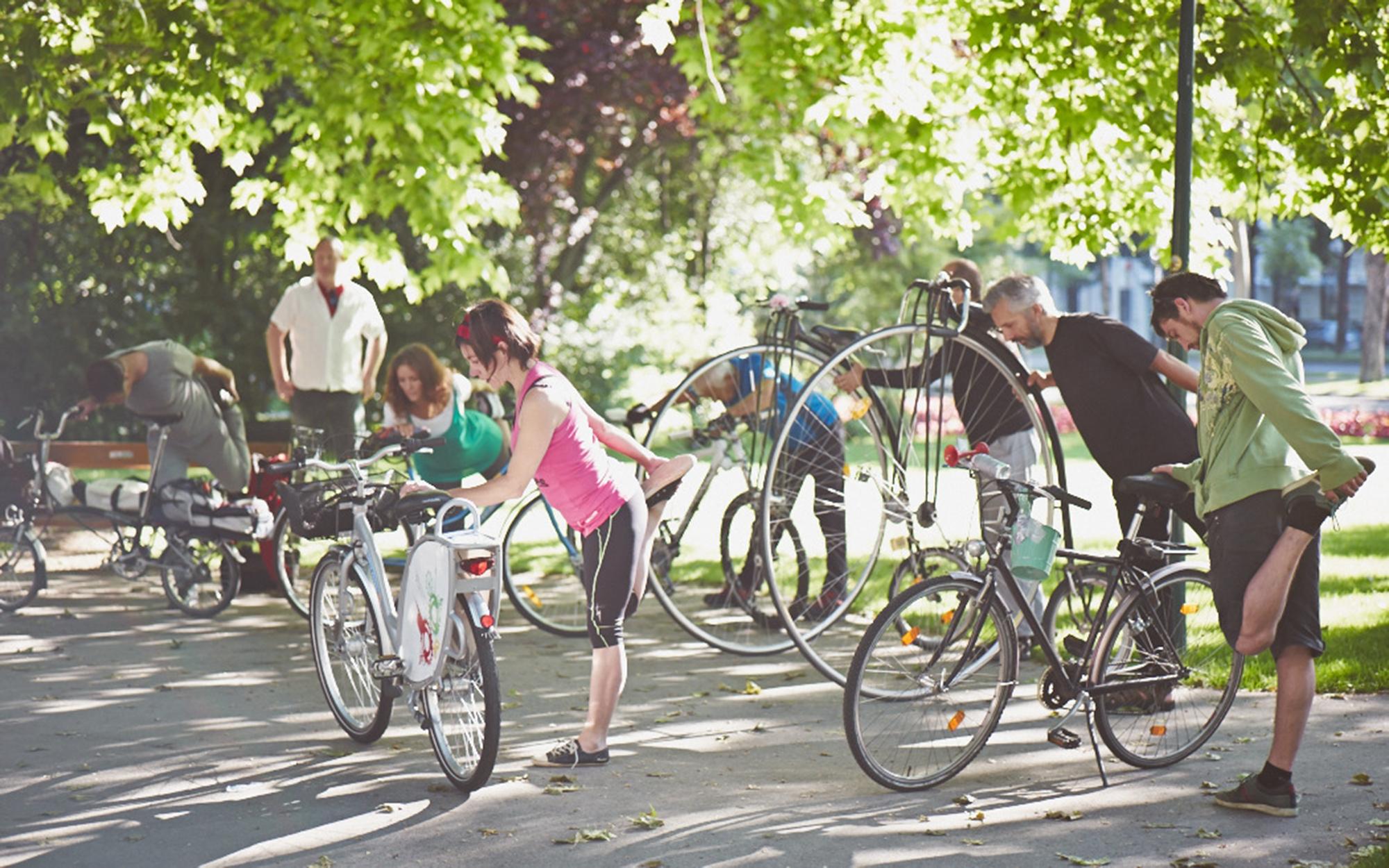 """""""Bike Yoga"""" im Rathauspark, anlässlich der Velo City 2013"""