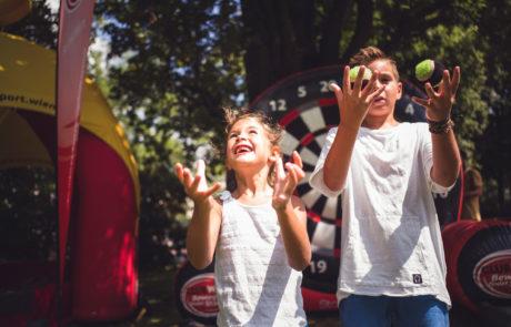 Zwei Kinder jonglieren