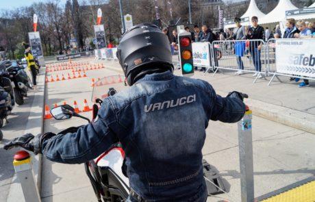 Ein Motorradfahrer neben dem Burgtheater