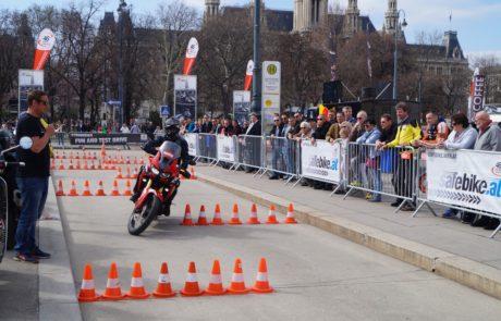 Ein Motorrad fährt Parcours
