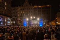 Silvesterpfad 2018, Menschen vor einer Bühne