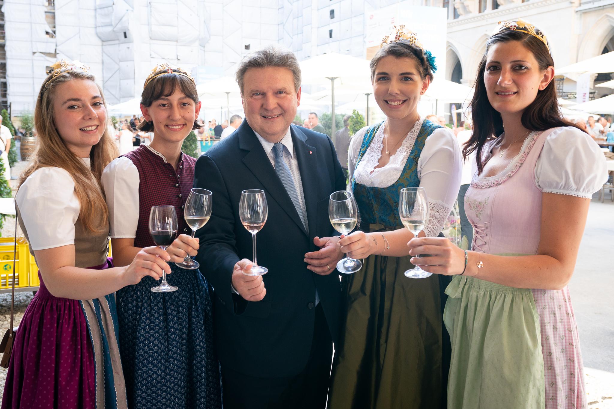 Bürgermeister Ludwig mit Weinprinzessinnen