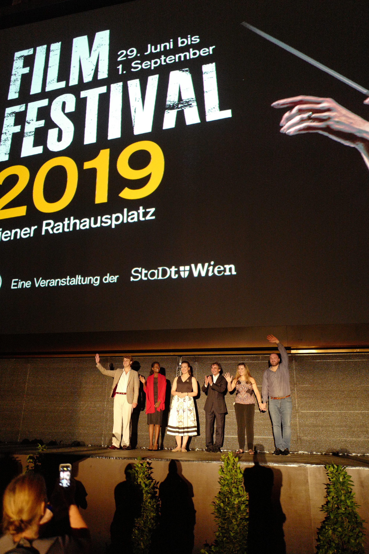 Film Festival Eröffnung Ensemble auf Bühne