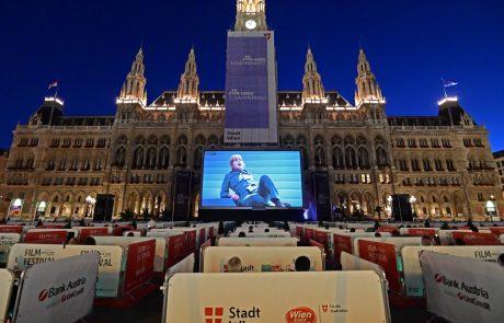 Gäste sitzen in Logen während auf dem Rathausplatz die Oper Fidelio auf einer Leinwand gezeigt wird
